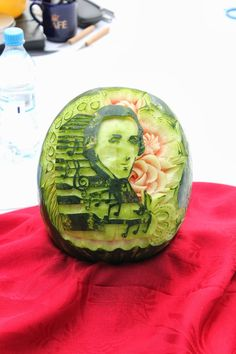 Chopin - Watermelon Carving - Galeria Krakowska - Krakow - Poland - more here: http://twistedredladybug.blogspot.de/2013/10/art-everywhere-even-in-fruits.html
