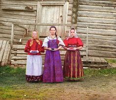 Peasant girls with bowls of fruit, in a rural area along the Sheksna river (Produkin-Gorskii Collection/wikipedia)