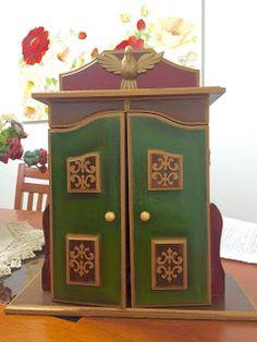 Oratório grande pintado nas cores verde, marrom, vermelho e detalhes dourados. Grande, Catholic, Furniture, Home Decor, Holy Ghost, Fine Art, Brown, Lord, Recycling