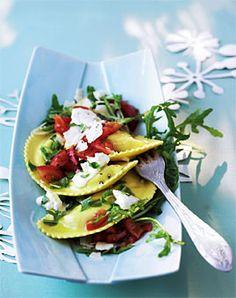 Ravioli mit frischen Tomaten und Rucola - Pasta mit Gemüse: vegetarischer Genuss - [LIVING AT HOME]