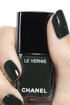 LE VERNIS by CHANEL: A long-wear, protective nail polish with lasting shine designed to make vibrant colours dazzle. Long-wearing, extra-fine and ultra-shiny, each coat offers an absolutely even and lacquered result. Chanel Nail Polish, Chanel Nails, Manicure Y Pedicure, Gel Nails, Toenails, Christmas Manicure, Nagel Gel, Nail Polish Colors, Colorful Nails