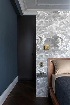 jolie chambre a coucher avec lit en bois, papier peint elitis gris