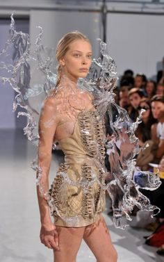 Iris van Herpen This inspired Van Herpen to design a dress that would fall around the wearer like a splash of water, like being immersed in a warm bath, and to express in the collection the different states, structures and patterns of water. Noteworthy is that in this collection Van Herpen presents her first 3D-print that she created in collaboration with the London-based architect Daniel Widrig and that was printed by .MGX by Materialise.