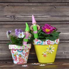 """Gärtnerwichtel in Naturtönen  - (Idee mit Anleitung – Klick auf """"Besuchen""""!) -Sobald es die Temperaturen im Frühling zulassen, kann die Gartenfreundin den selbst gebastelten Gärtnerwichtel mit stylischem Korkmützchen nach draußen in die frische Luft setzen."""
