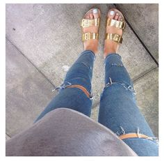 Casual Sunday look ripped jeans grey jumper and gold sandals Rose Gold Birkenstocks, Rose Gold Shoes, Birkenstock Outfit, College Style, Sandals Outfit, Light Wash Jeans, Gold Sandals, Women's Feet, Mykonos