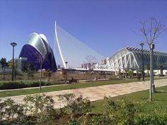 Get to know Valencia while practicing your favorite sport, running. We'll pick you up from your hotel and do a session, between 60 and 90 minutes through emblematic sites of the city of Turia (Gardens of Turia, City of the Sciences, Playas de las Arenas and Malvarrosa, Historic Center...) Run around a city with spring weather and you will repeat for sure.