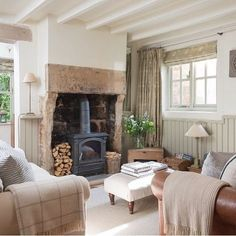 Kamin Wohnzimmer Modern - The living room is small and comfortable in classic cream and beige tones Country Cottage Living Room, Country Cottage Interiors, Cottage House, Cotswold Cottage Interior, Kitchen Country, Country Houses, Small Living Rooms, Home Living Room, Living Room Designs