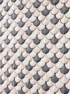 Plumage, disegnata da Cristina Celestino, riprende ed esplora sia le tradizionali lavorazioni del mosaico in ceramica e porcellana sia le produzioni artistiche in ceramica. La collezione, nata dal …