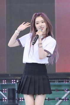 Irene looks perfect with that purple hair! Red Velvet アイリーン, Irene Red Velvet, Velvet Hair, Seulgi, Korean Girl, Asian Girl, Red Valvet, Idole, Velvet Fashion
