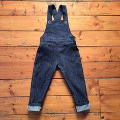 Et on termine la série couture pour enfants avec cette salopette en taille 4 ans.  ---- Here's the end of the sewing series with these overalls in size 4 years.  #couture #mac #machineacoudre #sewing #sewingmachine #tissu #fabric #coton #cotton #denim #tototissus #patron #pattern #boutonbois #woodbuttons #nouveauxintemporelspourenfants #astridleprovost #kidfashion #kidsewing #salopette #overalls #boutonmetal #metalbuttons #4ans #4years #bleu #blue #sitrooncouture