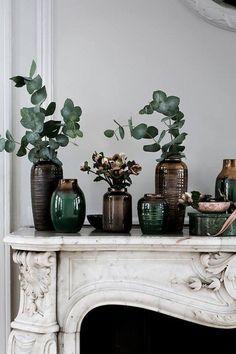 Une accumulation de vases sur le dessus de la cheminée.