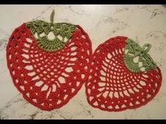How To Crochet A Strawberry Mat by Jeny (in 38 minutes) No dialogue. Just watch. Crochet Kitchen, Crochet Home, Love Crochet, Crochet Motif, Crochet Doilies, Crochet Flowers, Crochet Patterns, Crochet Angels, Pineapple Crochet