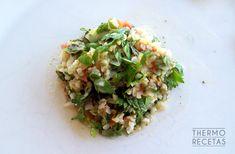 El tabulé libanés es una ensalada vegana que elabora con bulgur y una buena cantidad de hierbabuena y perejil