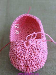 Çok Cici bir Bebek Patiği Yapılışı-Tığ İşi Bebek Patiği Yapılışı http://www.canimanne.com/cok-cici-bir-bebek-patigi-yapilisi-tig-isi-bebek-patigi-yapilisi.html