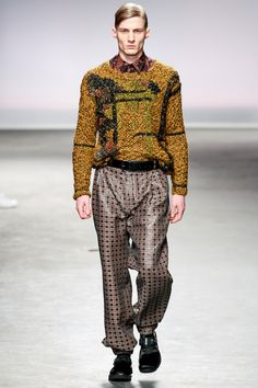 James Long, inverno why oh why is men's runway fashion so incredibly hideous & idiotic? he looks like a ken doll with horribly miss-matched clothes xD Runway Fashion, Fashion Art, Fashion Show, Mens Fashion, Fashion Design, High Fashion, Jonathan Saunders, Mens Fall, Men's Collection