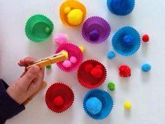 Pegar bolinhas coloridas com coador de aço       Exercícios força com mãos e dedos.Fortalecimento muscular e coordenação motora       Pe...
