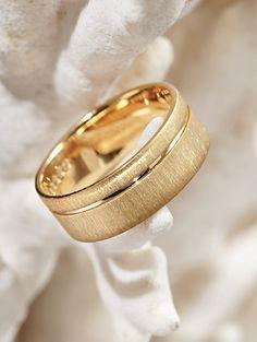 Aliança original Engagement Rings Couple, Alternative Engagement Rings, Couple Rings, Plain Gold Ring, Ring Designs, Wedding Bands, Wedding Ring, Jewelry Rings, Jewellery