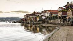 Y es que hay lugares donde parece que el tiempo no pase   Fot.: Josué QM. #combarro #galicia #playa #beach #pueblo #town #horreos