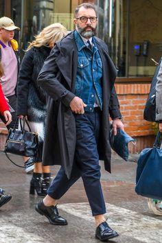 冬はインナーとして着用していたデニムジャケットも、春を迎えると主役アイテムとして活躍してくれる。カジュアルな装いに欠かせないアイテムであり、ジーンズを合わせたデニムオンデニムスタイルから、タイドアップシャツを合わせたミックススタイルまで、その着こなしのバリエーションは幅広い。今回はデニムジャケットにフォーカスして注目の着こなし&アイテムを紹介!