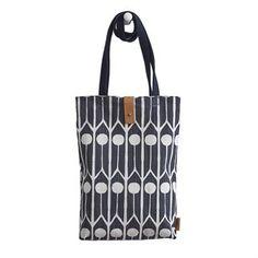 Feathers ostoslaukku pieni on Camilla Lundstenin suunnittelema. Se tulee Littlephantilta ja se on yksinkertainen kangaskassi, jossa on kauniit nahkaiset yksityiskohdat. Laukkuun mahtuvat välttämättömimmät tavarat, kuten vesipullo ja pieni kannettava tietokone. Laukussa on myös pieni sisätasku lompakkoa tai muuta pikkutavaraa varten.
