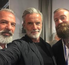20 Shades of Hot Gray-Haired Guys Mens Hairstyles With Beard, Face Shape Hairstyles, Hair And Beard Styles, Short Grey Hair, Men With Grey Hair, Gray Hair, Look Disco, Grey Beards, Guys With Beards