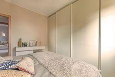 Mobili realizzati su misura #Semprelegno in Lissone per un'accogliente camera da letto dalle tonalità pastello. Armadio ante scorrevoli con telaio alluminio e vero frassino laccato a poro aperto. #mobili #design #sumisura #cameramatrimoniale #madeinitaly #fitted #furniture