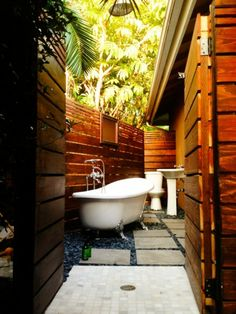 Le modèle de salle de bain extérieur- pureté pour l'esprit et le corp - petite-salle-de-bain-dans-le-jardin