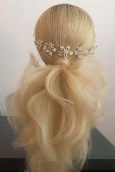 Fotogalerie svatebních účesů pro nevěsty. Svatební účesy pro blondýnky, tmavovlásky. Účesy polodlouhé vlasy, dlouhé vlasy, krátké vlasy, rozpuštěné vlasy.