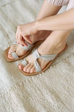 New Diy Wedding Shoes Flats Ideas Ideas Valentino Shoes, Gucci Shoes, Louboutin Shoes, Toe Ring Sandals, Shoes Sandals, Shoes Uk, Converse Shoes, Flat Sandals, Shoes Sneakers
