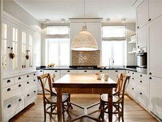 Esta cocina pertenece a una vivienda reformada por  Magdalena Adamus y su equipo dediseño  LOFT . La distribución de los muebles ...