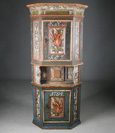 Rosemalt hjørneskap med eierinitialer og dat. 1784. H: 155 cm. Har delvis vært overmalt, delt. Prisantydning: ( 25000 - ) Solgt for: 25000