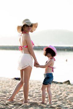 Tranh thủ dịp về nước quảng bá cho phim điện ảnh Bộ ba rắc rối, danh hài  Thúy Nga dẫn con gái Nguyệt Cát đi nghỉ tại Nha Trang cùng gia đình. Cô bé mặc   bikini sành điệu đi dạo cùng mẹ trên bãi cát trắng.
