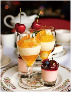 [호텔맛집] 딸기와 체리의 특급호텔 점령기 붉은 과일은 보기도 좋고 먹기도 좋다 했던가. '황후의 과일' 딸기와 '과일계의 다이아몬드'라 불리는 체리의 특급 호텔 디저트 점령기를 소개한다. Panna Cotta, Ethnic Recipes, Desserts, Food, Tailgate Desserts, Deserts, Essen, Dessert, Yemek