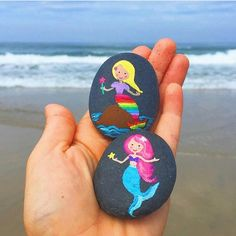 Thinking that I might have to incorporate some sort of mermaid theme into the weekly challenge. What other themes… Rock Painting Patterns, Rock Painting Ideas Easy, Rock Painting Designs, Paint Designs, Pebble Painting, Pebble Art, Stone Painting, Pierre Decorative, Decorative Rocks