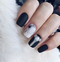 Черно - белый маникюр, жемчуг , бусины