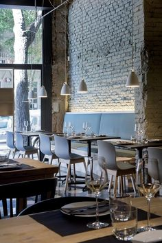 Saboc: entorno nórdico y cocina minimalista en el nuevo epicentro del barrio del Born. | diariodesign.com. Restaurant interior brick Lighting Lamps bjad Pavements gres chairs sofàs.