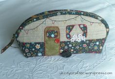 Fun And Easy Sewing Projects For Kids Diy Sewing Projects, Sewing Hacks, Sewing Crafts, Tape Crafts, Tote Purse, Purse Wallet, Caravan Holiday, Fabric Bags, Handmade Bags