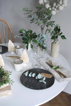 minimalist Christmas table with fresh greenery and paper parcels - Scandinavian style Christmas decorations - black plates Minimalist Christmas, White Christmas, Christmas Dining Table, Handmade Table, Christmas Decorations, Table Decorations, Linen Tablecloth, Scandinavian Style, Greenery
