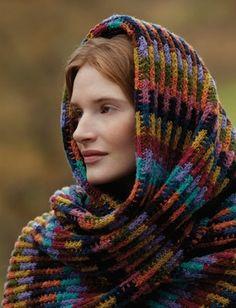 Strikkeopskrift på smukt sjal | Strikket i nemt mønster og smukke farver | Lækker strik til efterår og vinter | Håndarbejde