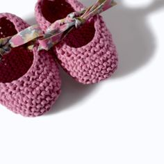 Zara - mini - knit booties with bow print laces. Baby Knitting Patterns, Knitting For Kids, Crochet For Kids, Hand Crochet, Diy Crafts Knitting, Diy And Crafts Sewing, Knitting Projects, Crochet Baby Shoes, Crochet Baby Booties