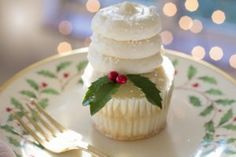 These beautiful cupcakes will provide some ideas to help you up your cupcake game. Perfect for your next birthday party, dinner party, or backyard BBQ. Christmas China, Christmas Lunch, Christmas Holidays, Elegant Christmas, Christmas Images, Christmas Ideas, Six Food Groups, Group Meals, Christmas Cupcakes
