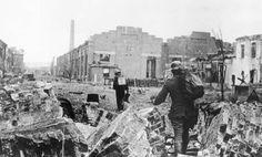 Немецкие пехотинцы передвигаются по территории завода. Сталинград, 1942 г.