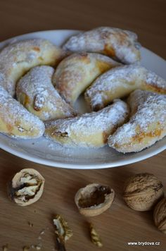 Svatomartinské rohlíčky - brydova.cz Svatomartinské rohlíčky - brydova. Sweets Recipes, Cookie Recipes, Cream Puff Recipe, Czech Recipes, Sweet Desserts, Empanadas, Desert Recipes, Christmas Baking, Hungarian Recipes
