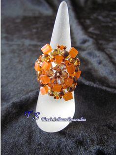 Ring aus Miyuki Würfeln, Rocailles und Delica Beads in den Farben orange und…