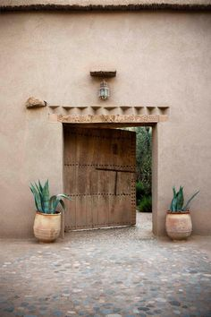 Moroccan design has us forever inspired with its earthy tones and perfectly placed plants - P. - Moroccan design has us forever inspired with its earthy tones and perfectly placed plants – Photo - Morrocan Decor, Moroccan Bathroom, Morrocan House, Moroccan Lanterns, Moroccan Tiles, Exterior Design, Interior And Exterior, Casa Petra, Casamance