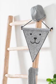 Flag made of felt with cute bear face. Source by Deesjepeesje Upcycled Home Decor, Upcycled Crafts, Diy And Crafts, Baby Room Decor, Nursery Decor, Felt Kids, Bear Face, Fabric Wall Art, Cute Bears