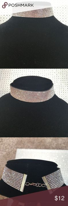 Choker necklace EUC glam Choker necklace EUC glam Jewelry Necklaces