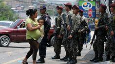 De acuerdo a cifras preliminares brindadas a BBC Mundo por el respetado Observatorio de la Violencia de la Universidad Nacional Autónoma de Honduras (UNAH), en 2015 se cometieron 5.018 homicidios, una tasa de 59,5 homicidios por cada 100.000 habitantes. Agentes de seguridad en Tegucigalpa