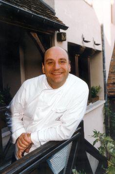 ベルナール・ロワゾー Bernard Loiseau (1951- 2003)  バターを使ったこってりとした料理からの脱却を目指し、ヌーヴェル・キュイジーヌの影響もうけながら、素材の味を引き出すことに重点を置いた。バターやクリーム、オイルなど排除し、肉などの焼き汁を水でデグラセしてソースを作った彼の料理を、自らキュイジーヌ・ア・ロー(水の料理)と呼んだ。 ほぼゼロから独力のみで、凋落していたアレクサンドル・デュメーヌの「ラ・コート・ドール(La Côte d'Or)」を立て直し、レストラン・ガイドの『ゴー・ミヨ』誌で20点満点の19.5点の評価を得て、『ミシュラン』より三ツ星を獲得するまでに至った。