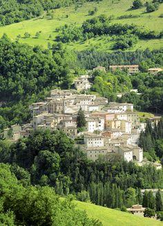 Alla confluenza di tre valli sorge il castello di Preci nato intorno ad un oratorio benedettino, come testimoniato dall'origine del nome della città, preces, cioè preghiera.